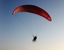 Paragliding boven de natuur